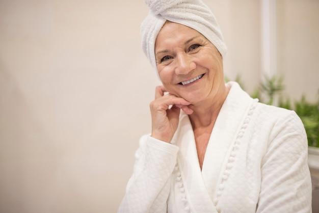 彼女の髪にタオルを持つ年配の女性 無料写真