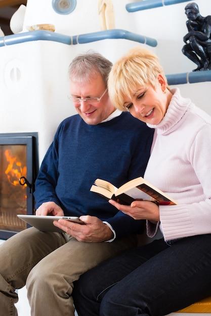 暖炉の前で自宅で高齢者 Premium写真