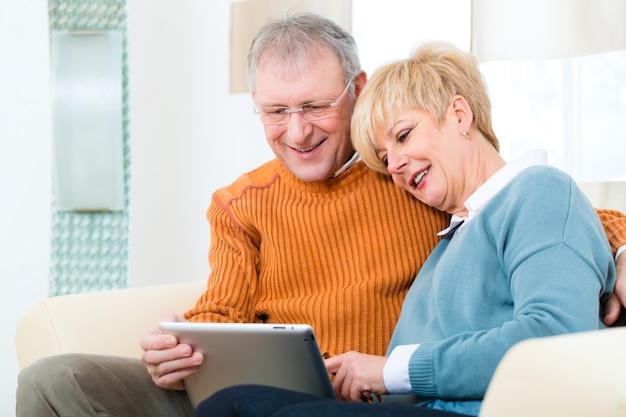 タブレットコンピューターを自宅で高齢者 Premium写真