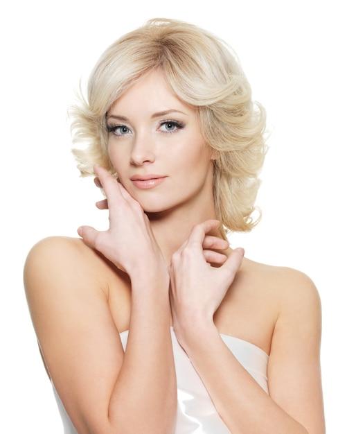 白い壁でポーズ新鮮な健康肌と官能的な金髪の女性 無料写真