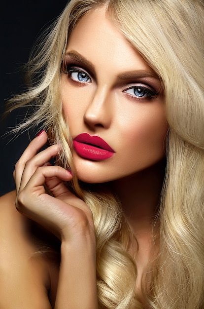 Sensual glamour portrait of beautiful blond woman model lady with bright makeup and pink lips , with healthy curly hair on black background Free Photo