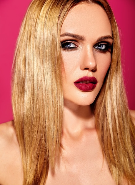 Sensual glamour portrait of beautiful blond woman model lady with fresh daily makeup with pink lips color and clean healthy skin Free Photo