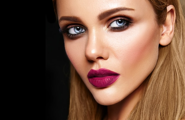 Sensual glamour portrait of beautiful woman model with fresh daily makeup with dark pink lips color and clean healthy skin face Free Photo