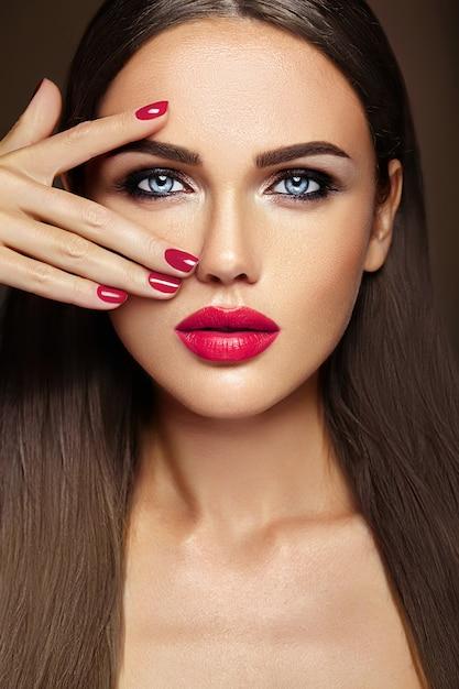 핑크 입술 색과 깨끗한 건강한 피부 얼굴을 가진 신선한 매일 메이크업으로 아름 다운 여자 모델 여자의 관능적 인 매력 초상화 무료 사진