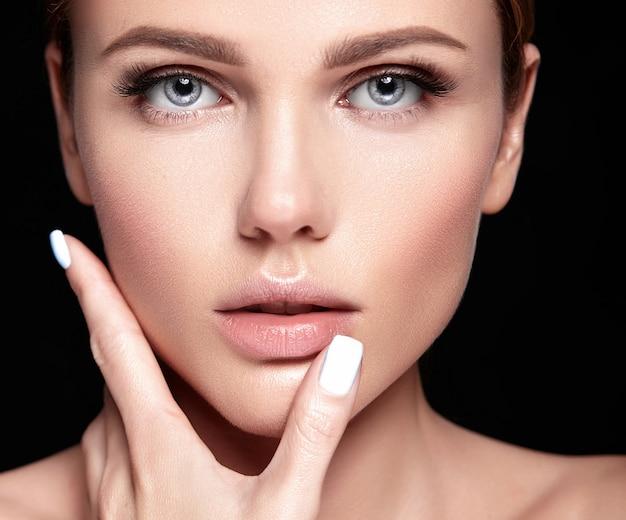 검은 메이크업없이 깨끗하고 건강한 피부를 가진 아름 다운 여자 모델의 관능적 인 매력 초상화 무료 사진