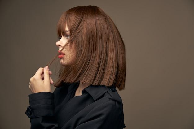 官能的な女性の欧州外観スーツアウター分離された背景 Premium写真