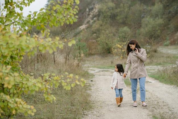 Foto sensuale. piccola ragazza carina. la gente cammina fuori. donna in un cappotto marrone. Foto Gratuite