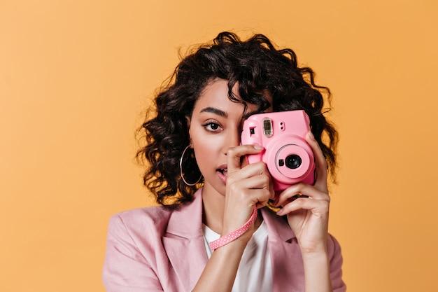 사진을 찍고 관능적 인 젊은 여자 무료 사진