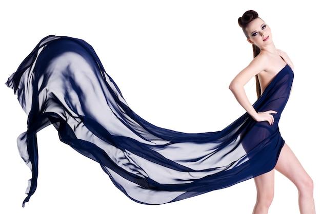 Sensualità ed elegante bella donna in posa con chiffon blu isolato su bianco Foto Gratuite