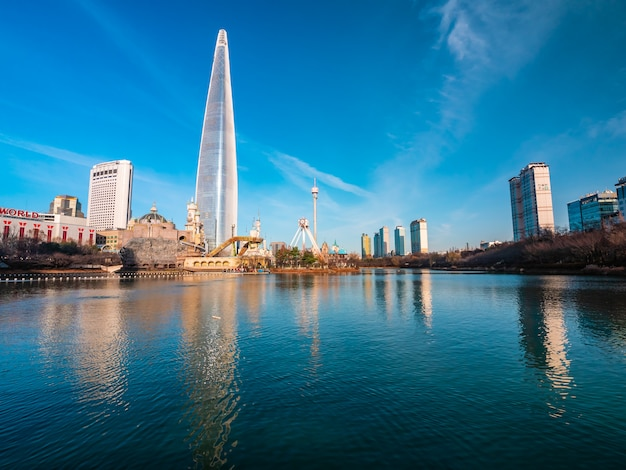 서울, 대한민국 : 2018 년 12 월 8 일 아름다운 건축물 롯데 타워는 서울의 랜드 마크 중 하나입니다 무료 사진
