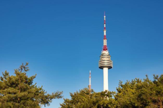 Seoul tower at seoul city, south korea. Premium Photo
