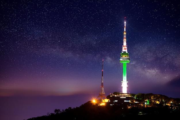 밤에는 은하수가있는 서울 타워 무료 사진