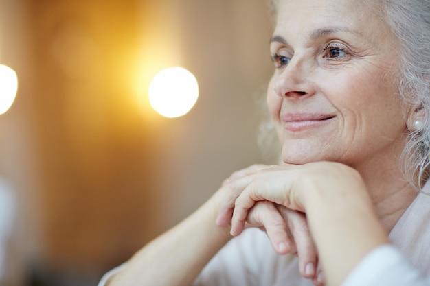 Ritratto di donna anziana serena Foto Gratuite
