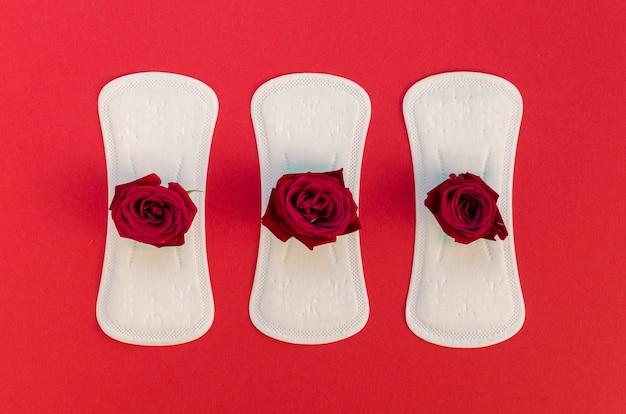 赤いバラと生理用ナプキンのシリーズ 無料写真