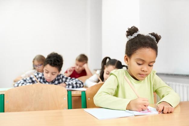 学校で勉強している深刻なアフリカの女の子 Premium写真