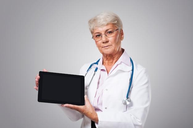 悪い知らせを持った真面目な女医 無料写真