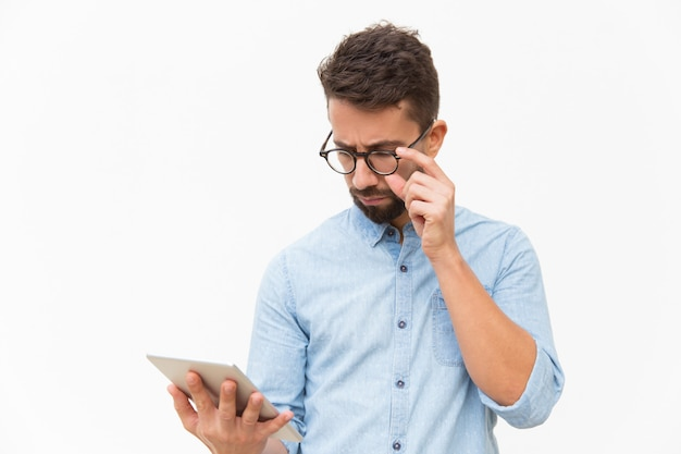 Serious focused guy reading important message Free Photo