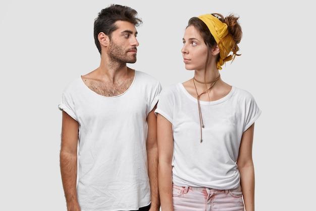 La signora seria e il suo compagno maschio si guardano seriamente, ricevono un compito, non sanno da che cosa cominciare Foto Gratuite