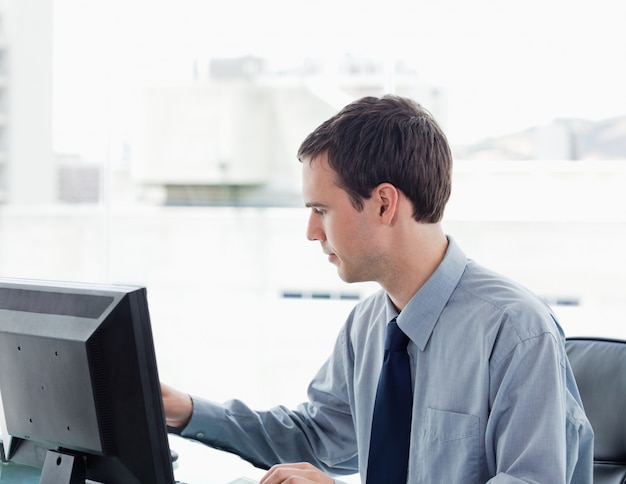 Serious office worker using a monitor Premium Photo
