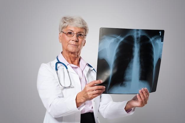 Grave medico senior con test medico Foto Gratuite