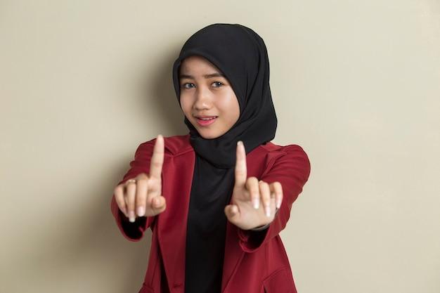 Серьезная расстроенная азиатская мусульманская женщина показывает жест рукой стоп Premium Фотографии