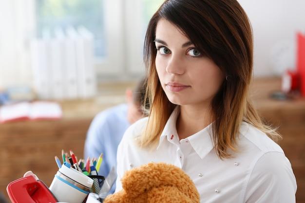 Серьезная женщина в офисе Premium Фотографии