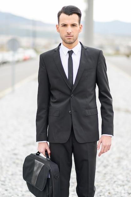 Man holding his briefcase   Photo: Freepik
