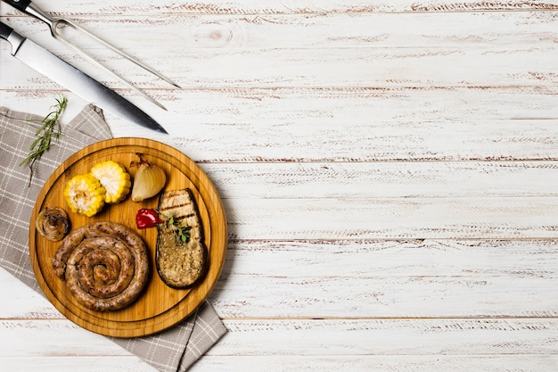 Served bavarian grilled sausages with veggies Free Photo
