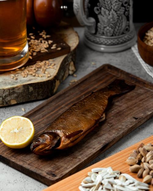 レモンとビールを添えた魚のserved製 無料写真