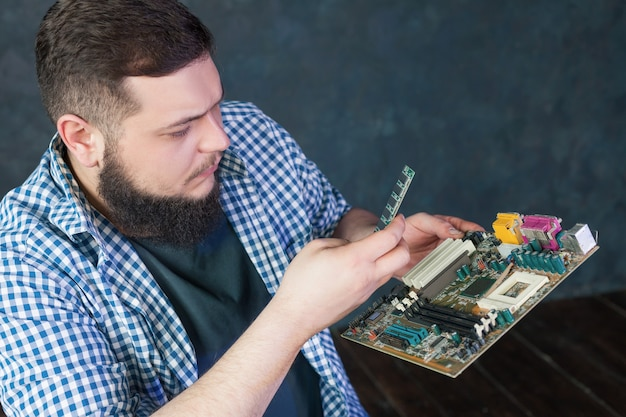 Service engineer fixing problem with pc hardware. computer electronic components repairing technology Premium Photo