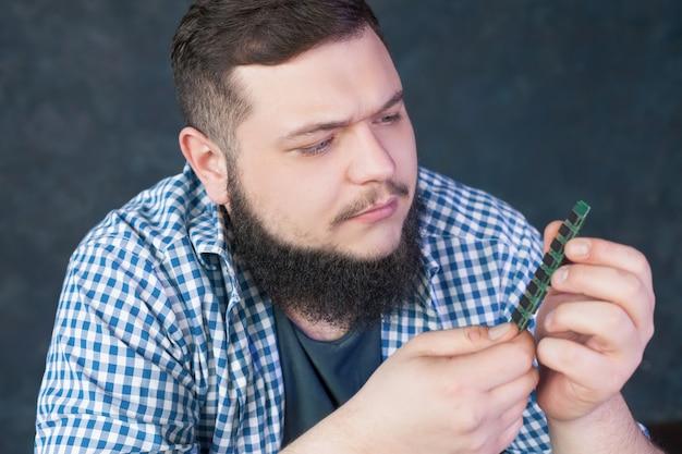 Service engineer fixing problem with pc hardware Premium Photo