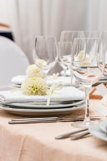 花で飾られたレストランでお召し上がりいただけます Premium写真