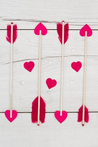 Set di piume decorative su bacchette con cuoricini Foto Gratuite