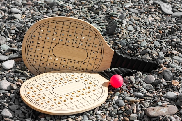 背景のディパブルビーチでのビーチテニスのゲームに設定します。 Premium写真