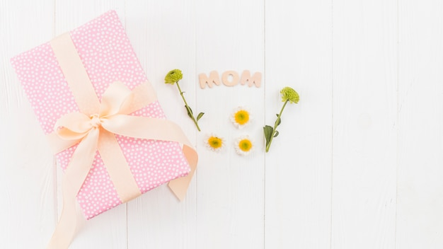 Set of gift box, word mom and flowers Free Photo