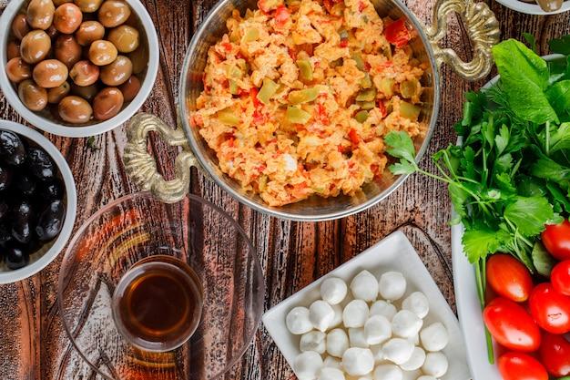 一杯のお茶、サラダ、漬物、木製の表面のプレートでおいしい食事のセット 無料写真