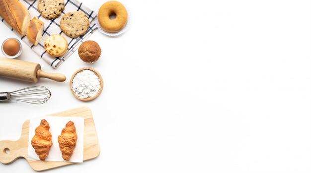 Набор завтрака или выпечки, торт на белом столе Premium Фотографии