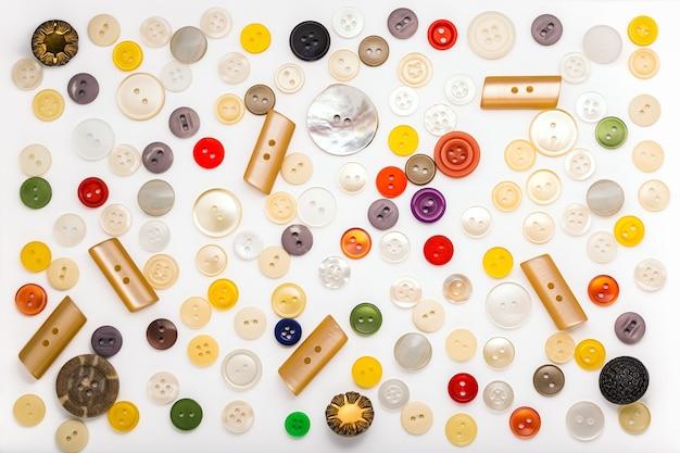 白のさまざまな色、形、素材のボタンのセット Premium写真