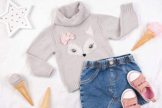 캐주얼 아동 의류, 신발 및 액세서리 흰색 배경에 집합입니다. 패션 소녀 룩북 개념. 프리미엄 사진