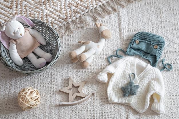 Boho 스타일, 상위 뷰의 다양한 액세서리와 함께 어린이 세련된 수제 니트 의류 세트. 무료 사진
