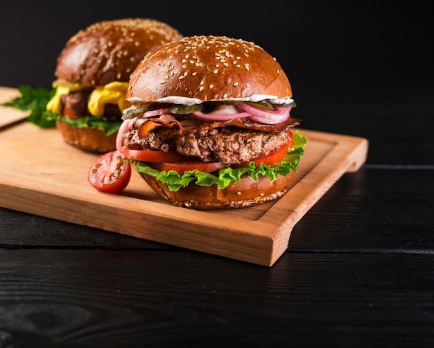 木の板に古典的なハンバーガーのセット Premium写真