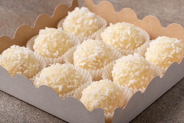 ホワイトチョコレートで作られたココナッツトリュフのセット Premium写真