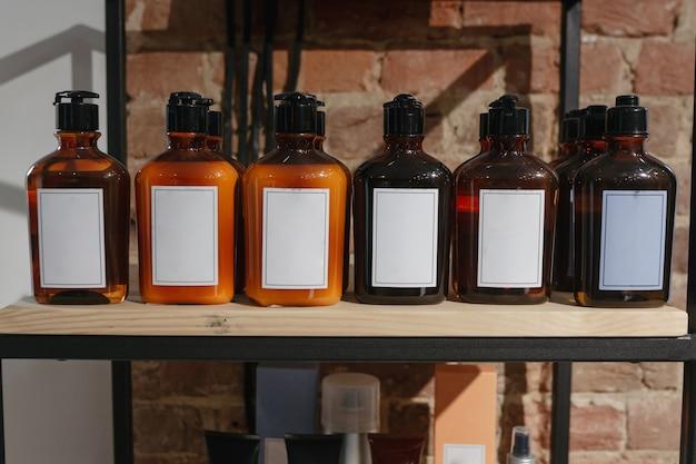 木製の棚の上の化粧品の暗い琥珀色のガラス瓶のセット。モックアップ Premium写真