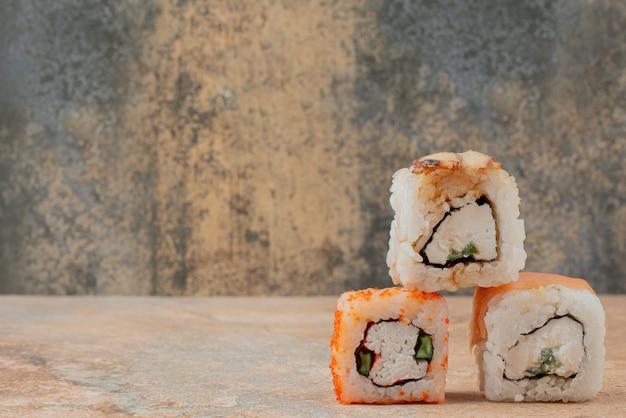 Набор вкусных суши-роллов на мраморной поверхности Бесплатные Фотографии