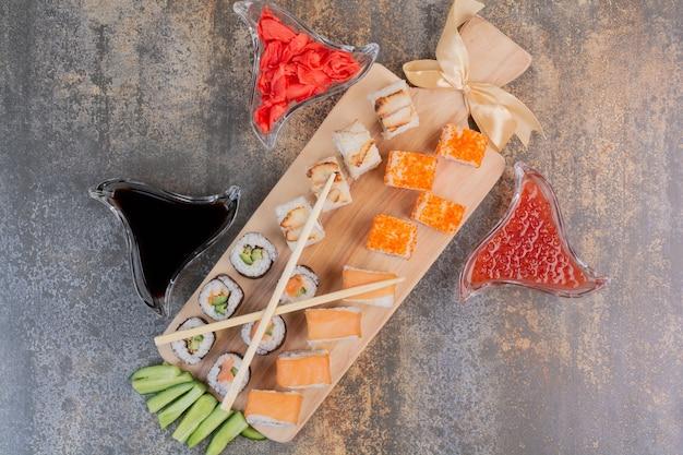 대리석 공간에 젓가락과 생강으로 맛있는 스시 세트 무료 사진