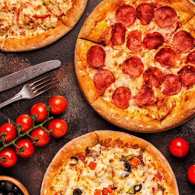 さまざまなピザペパロニ、ベジタリアン、チキンと野菜のセット Premium写真