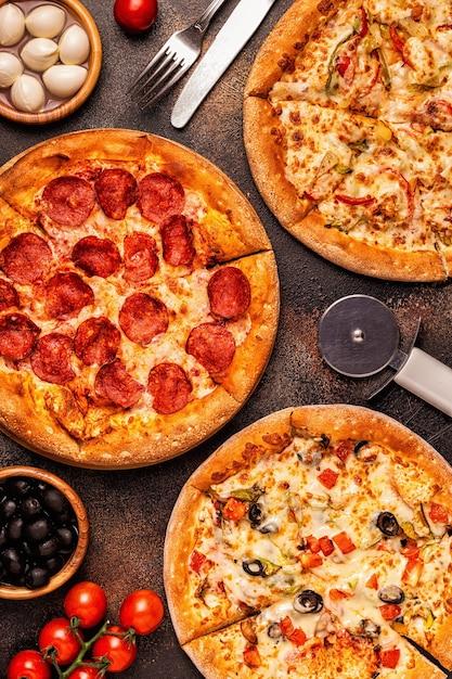 さまざまなピザペパロニ、ベジタリアン、野菜と鶏肉のセット Premium写真