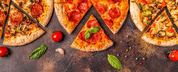 さまざまなピザのセット Premium写真