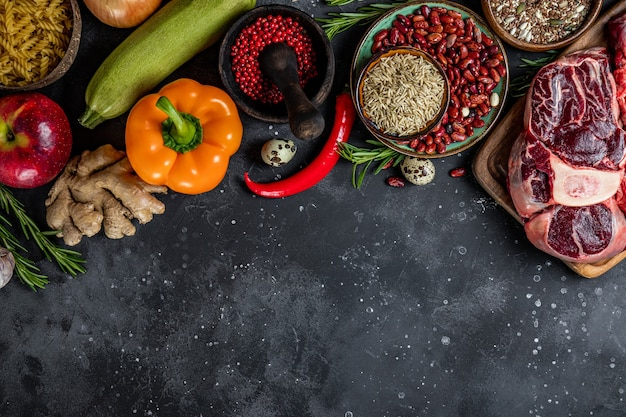 健康的な食事のためのさまざまな製品のセット-肉、シリアル、野菜、果物の上面図、テキスト用の空きスペース。高品質の写真 Premium写真