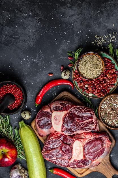 健康的な食事のためのさまざまな製品のセット-肉、シリアル、野菜、果物の上面図、テキスト用の空きスペース、縦の写真。高品質の写真 Premium写真